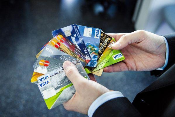 банковские карты в руках